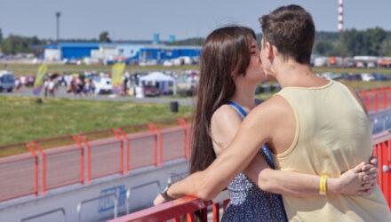 Близкий контакт: почему в России не любят целоваться и мало улыбаются